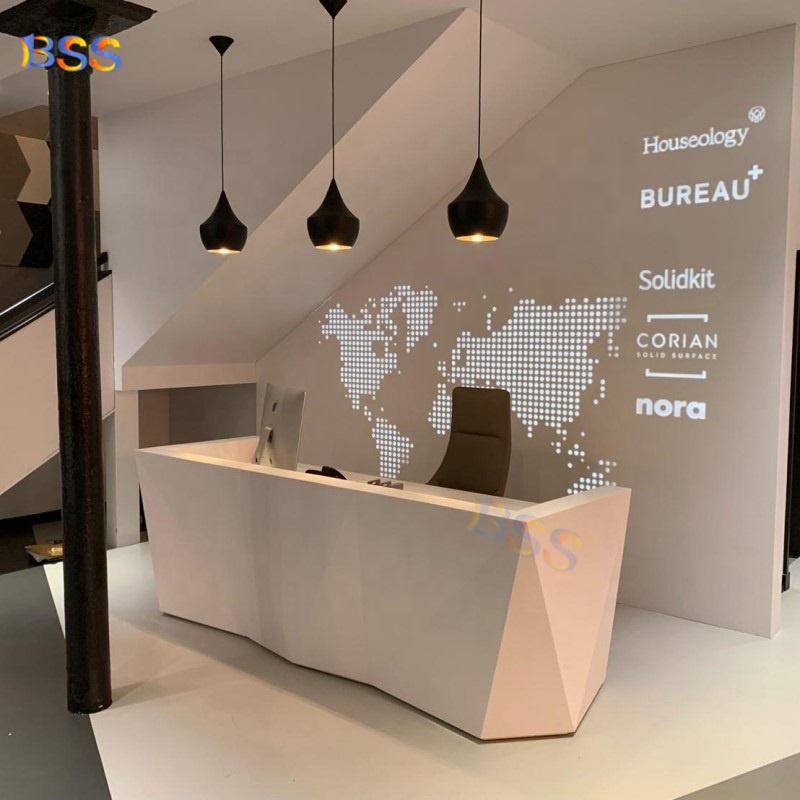 Современный стол для администратора спа с красивой твердой поверхностью и белыми бриллиантами