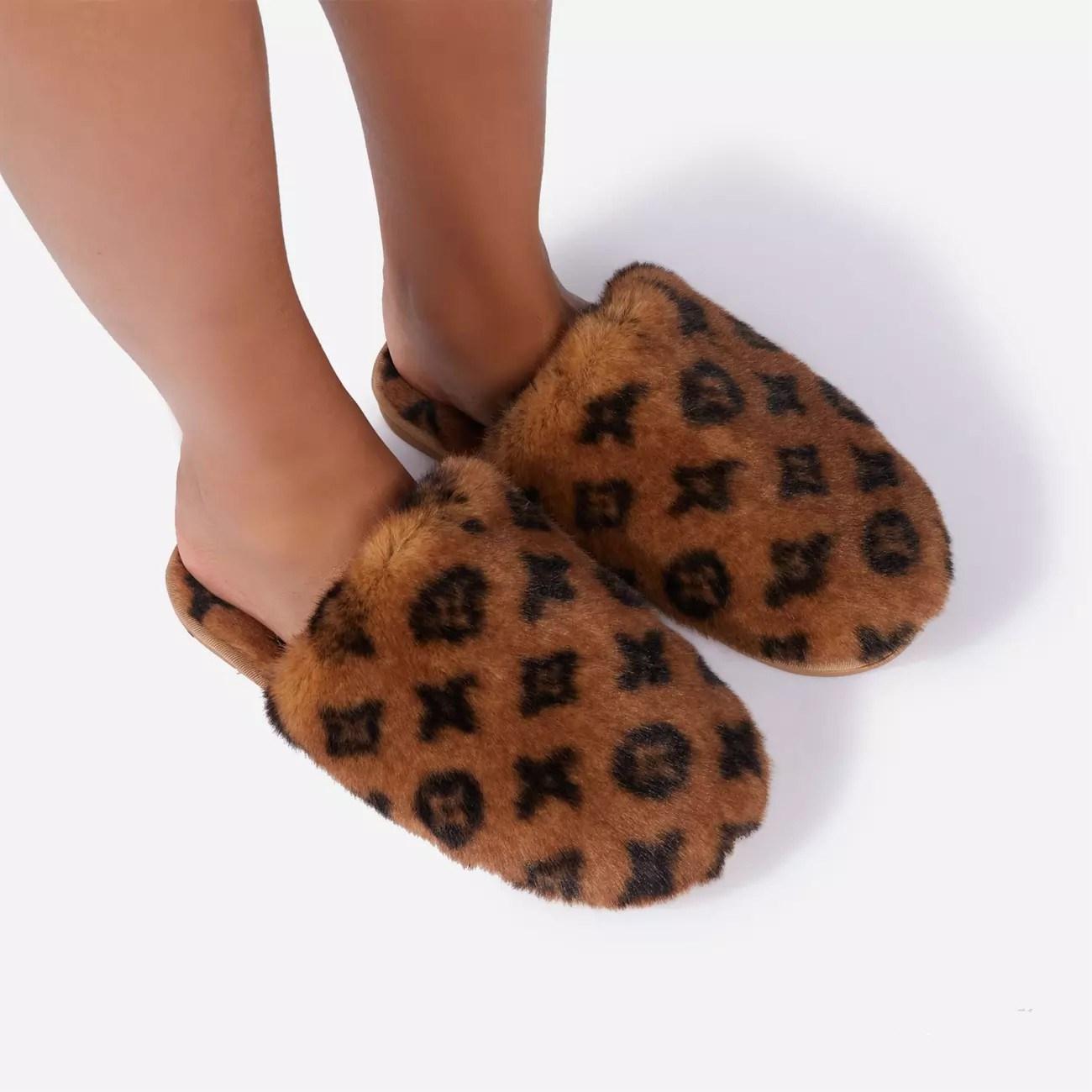drop shipping luxury designer logo Close Toe fluffy furry plush house slippers women faux fur bedroom slippers