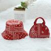 Красный кошельки и шляпа