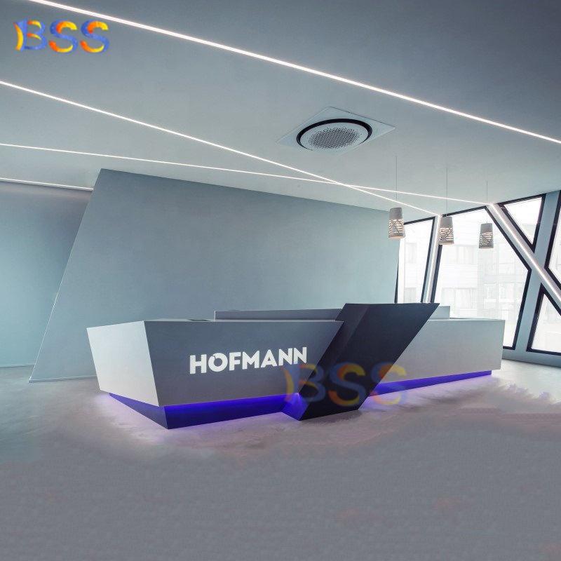 Офисная стойка регистрации в форме буквы L фиолетового цвета Corian для продажи