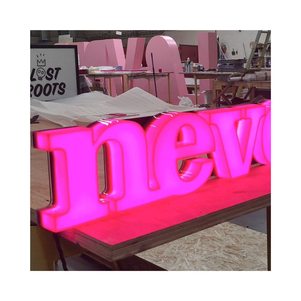 С стильными буквами, светящимися мини-словами, акриловым 3d-логотипом, буквами