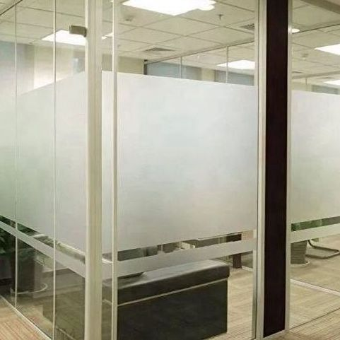 Пластиковая матовая оконная пленка для офиса или душевой комнаты