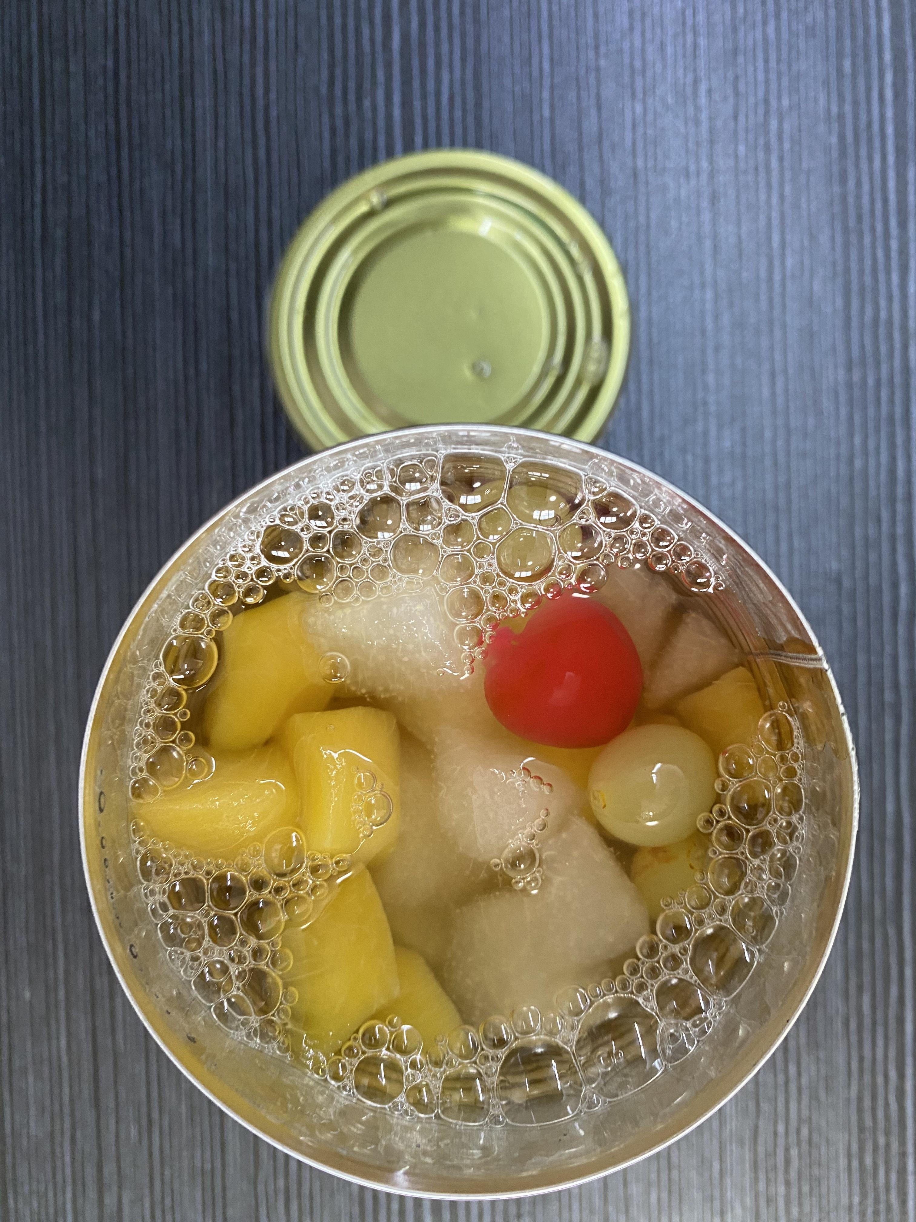 В легком сиропе вкусный консервированный фруктовый коктейль