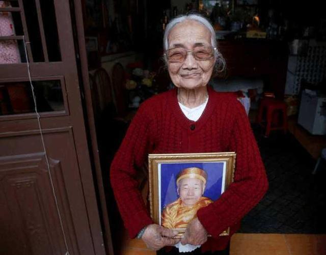 年少时嫁日本军人,抱着假人苦等60年,意外得知他早已重组家庭!