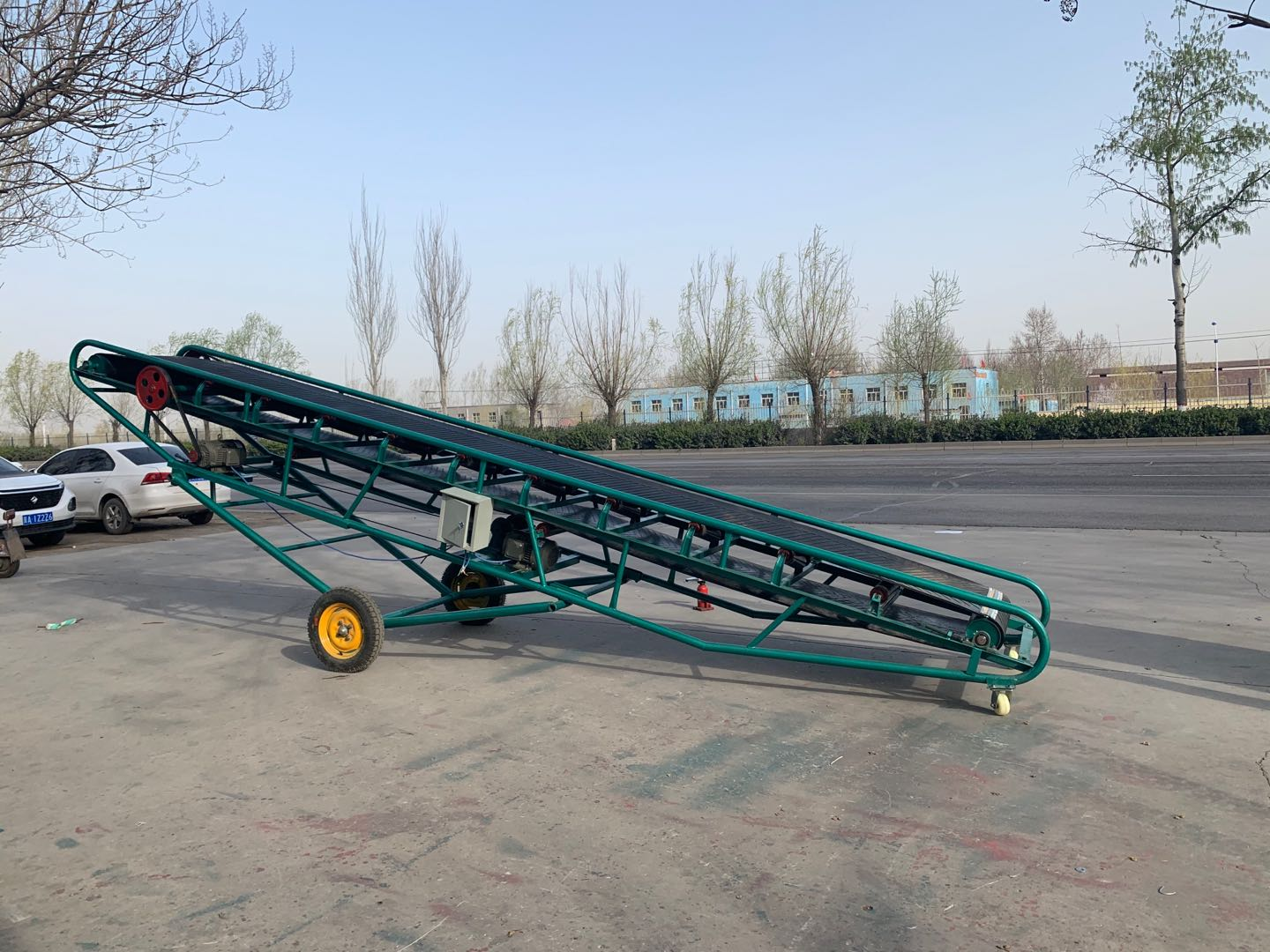 Adjustable height movable ore rubber counter belt conveyor for truck loading
