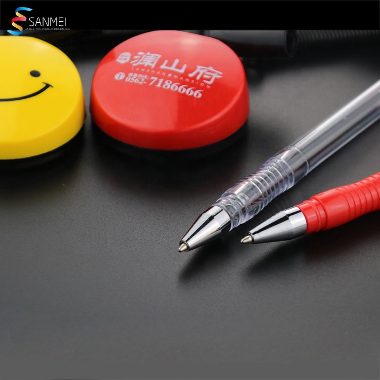 Рекламная пластиковая недорогая настольная ручка с логотипом на заказ с цепочкой