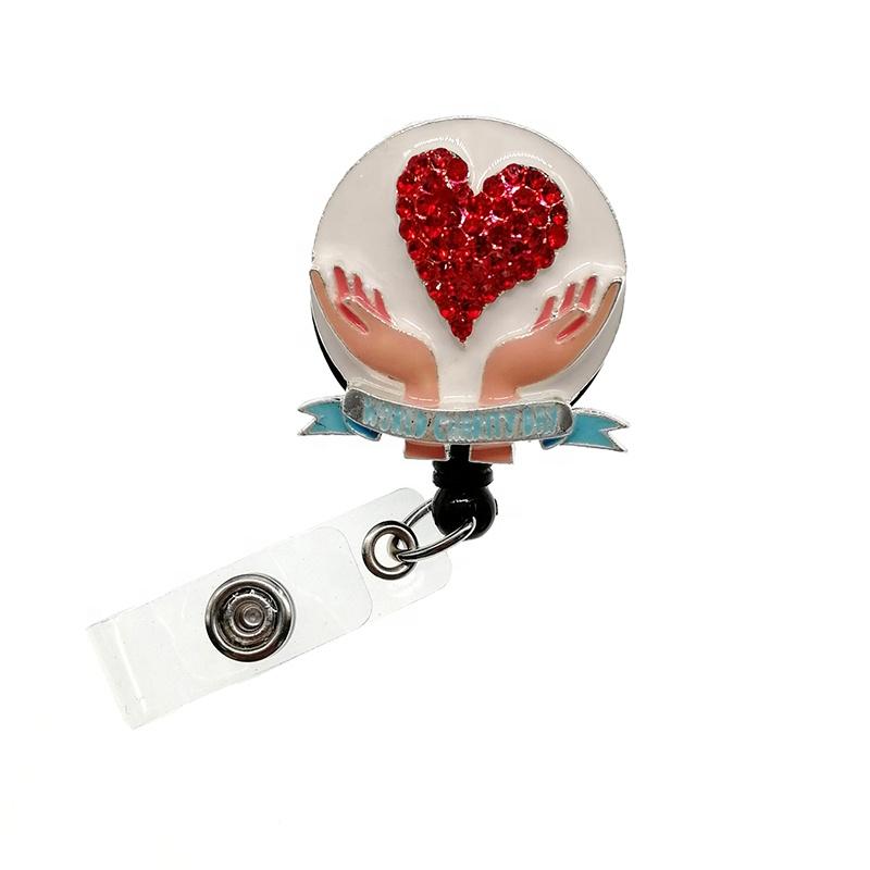 Новый дизайн, выдвижной значок с белыми эмалированными красными сердечками из медицинских страз, катушки, ID-значок, держатель имени, день благотворительности