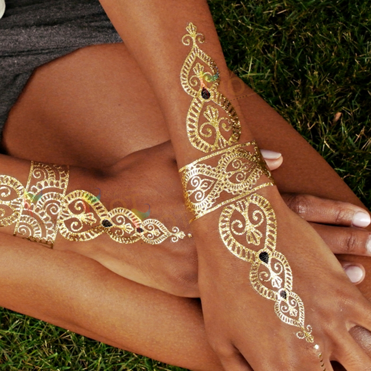 Gold tattoo: Alessandra Ambrosio lancia la body art per l'estate