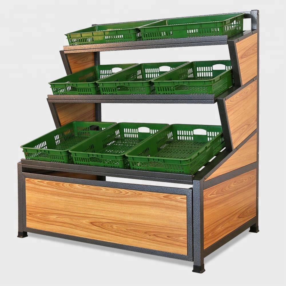 Деревянная витрина для овощей и фруктов в супермаркете
