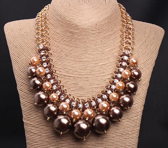 e93b916e49a2 Los collares grandes también son un gran toque para usar con un vestido  largo o corto