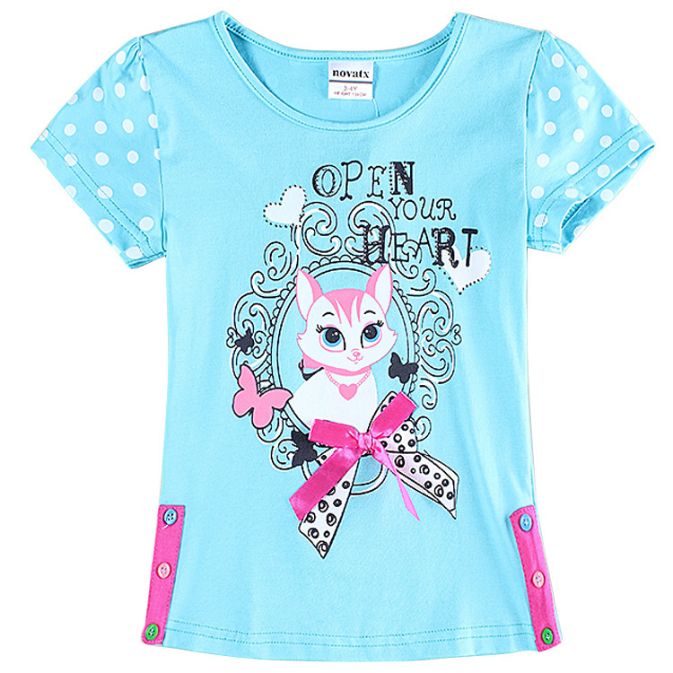 This season's T-shirts for girls are comprised of fun prints, slogans and colors. Short or long sleeved pieces to refreshyour closet. Combine the latest tops for girls with fashionable garments of the season.
