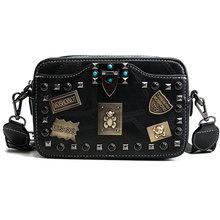 Металлические сумки с аппликацией значка, маленькие квадратные сумки через плечо с заклепками, винтажные женские сумки с жемчужным замком ...(Китай)