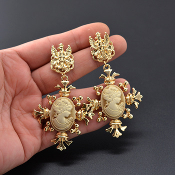 Amazon Hot Sale Palace 18K Gold Resin Earrings Jewelry Vintage Statement Baroque Women Portrait Earrings