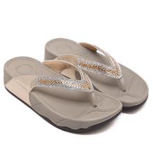 Тапки; Женские пляжные вьетнамки; Модная летняя обувь; Сандалии с помпонами; Обувь на низком каблуке; Плюшевые тапочки; LJB71(Китай)