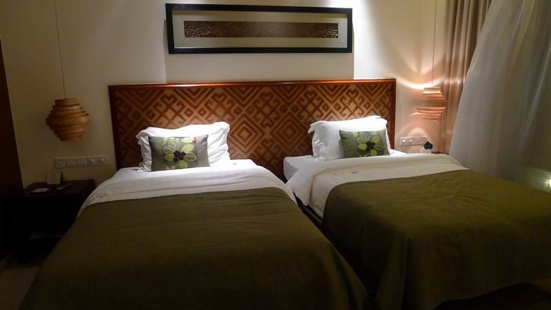 Light luxury comfortable three-star hotel black solid wood foot single bed