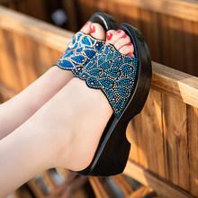 Женские сандалии GKTINOO, большие размеры, лето 2020, модные женские тапочки из натуральной кожи, обувь на танкетке для женщин среднего возраста(Китай)