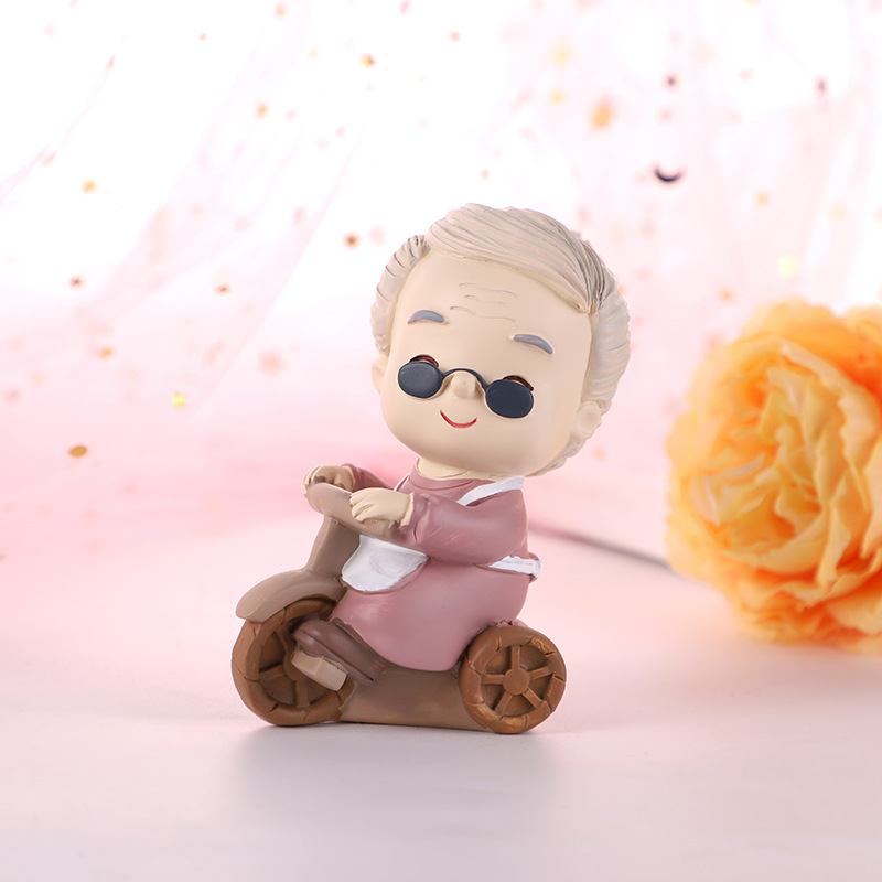 Wholesale Resin Grandma Figurine Grandma sitting in a chair Birthday Gift for Grandparents