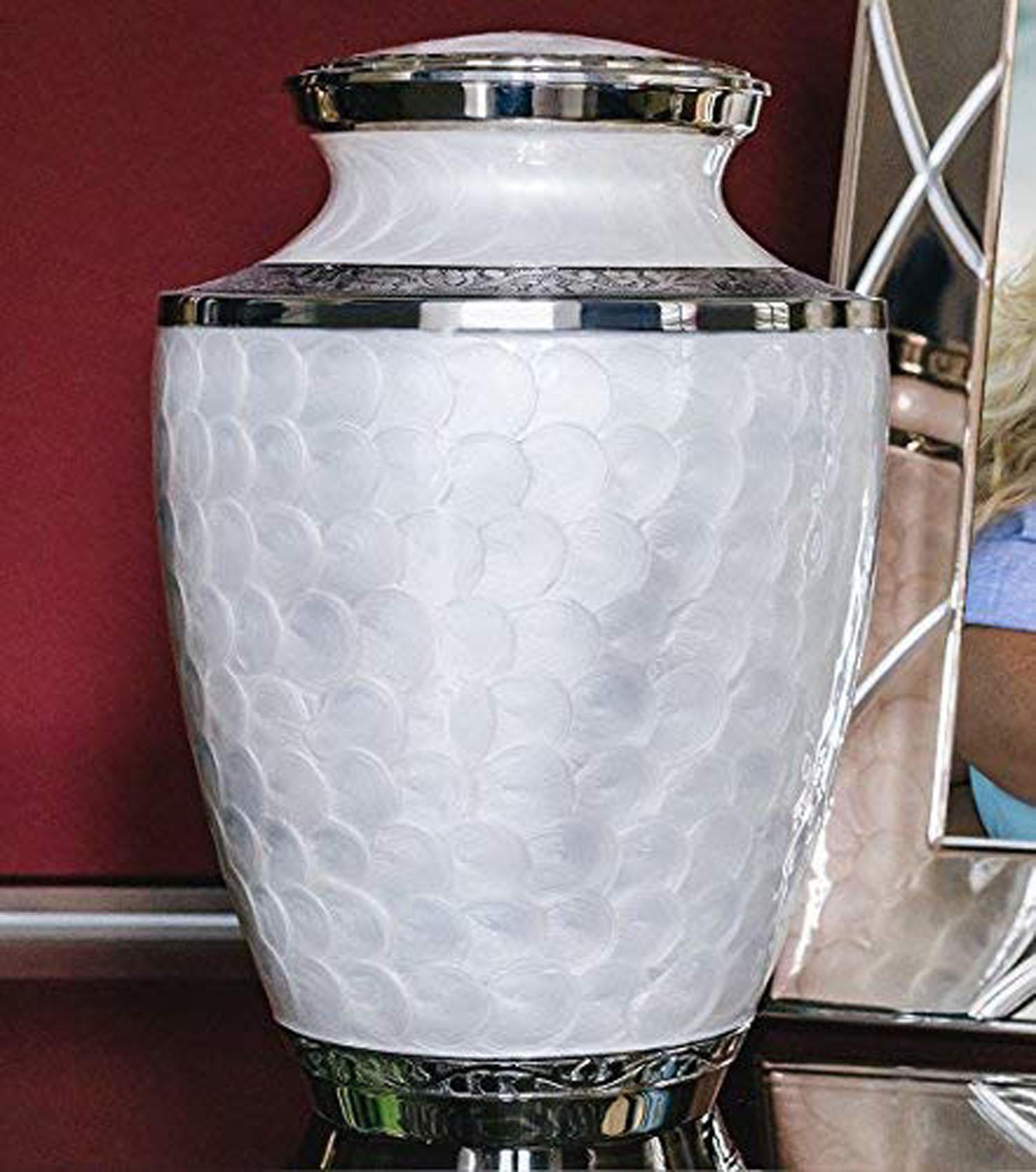 Латунная металлическая белая урна для кремации для людей с перламутром эмалированный цвет с никелевым покрытием урна с бархатным мешком