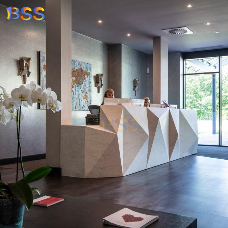 Белый современный офисный мраморный стол регистрации в форме алмаза