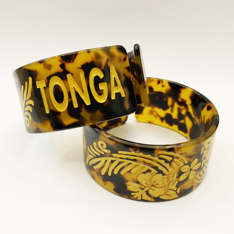 2021 fashion bangles tortoise acrylic shell material with gold tonga engraved cuff bangle bracelet for girls pacific island