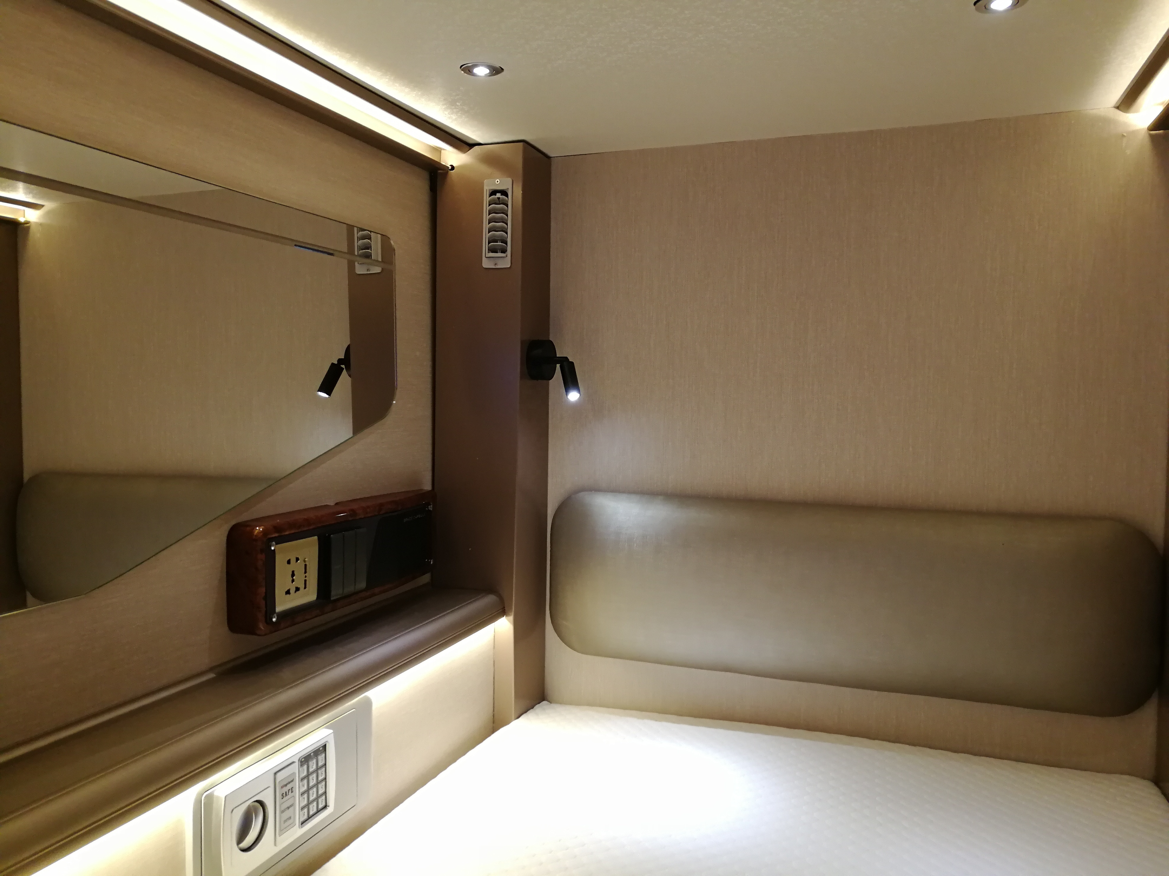 Nordic Style Chinese Factory Supply Space Saving Fireproof Capsule Hotel Sleeping Pods