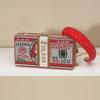 Красную головную повязку в комплекте с сумочками;