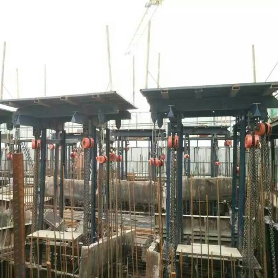 Hydraulic jack lifting tower construction slip form