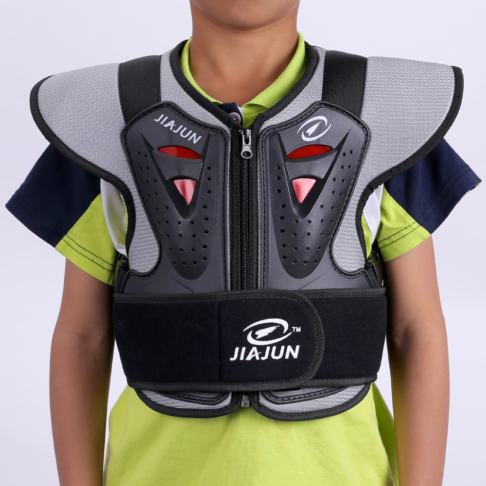 Детский шлем и броня частного бренда защищают заднюю часть велосипеда