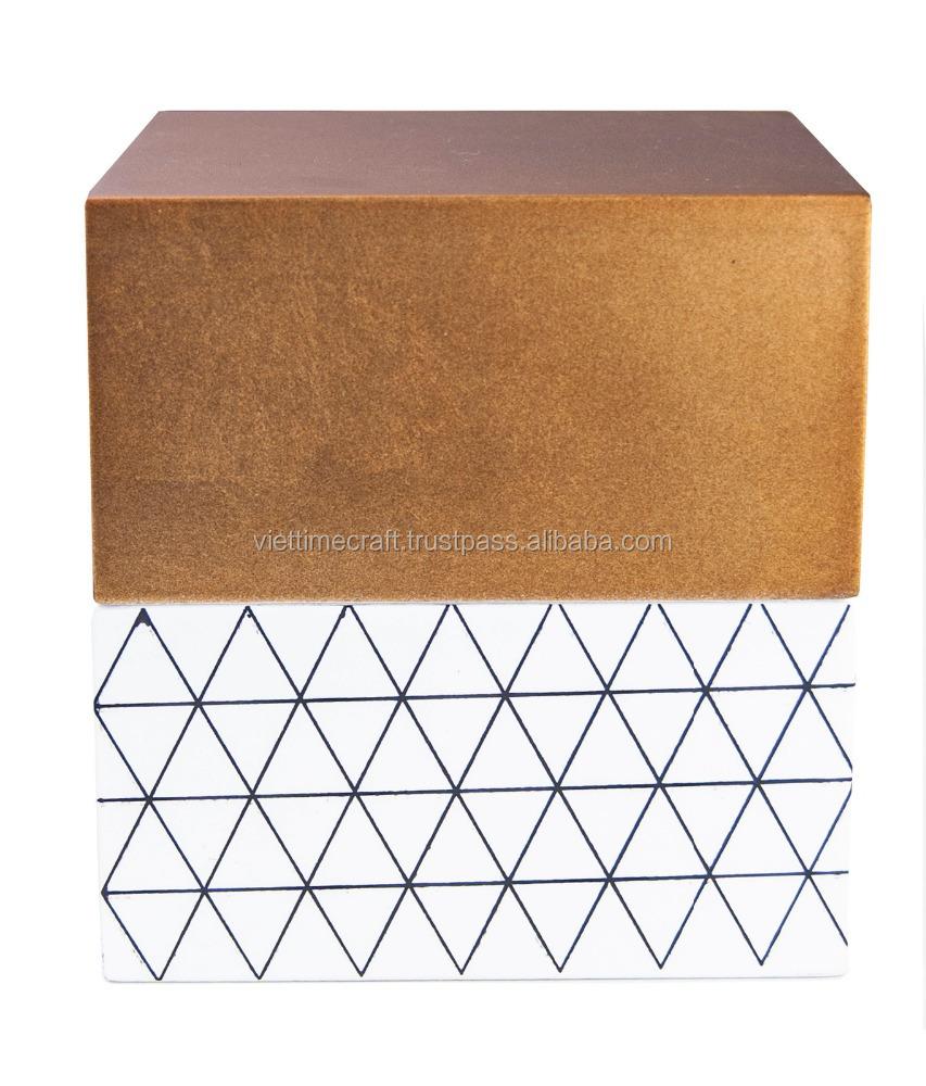 Квадратная золотистая лакированная коробка для хранения